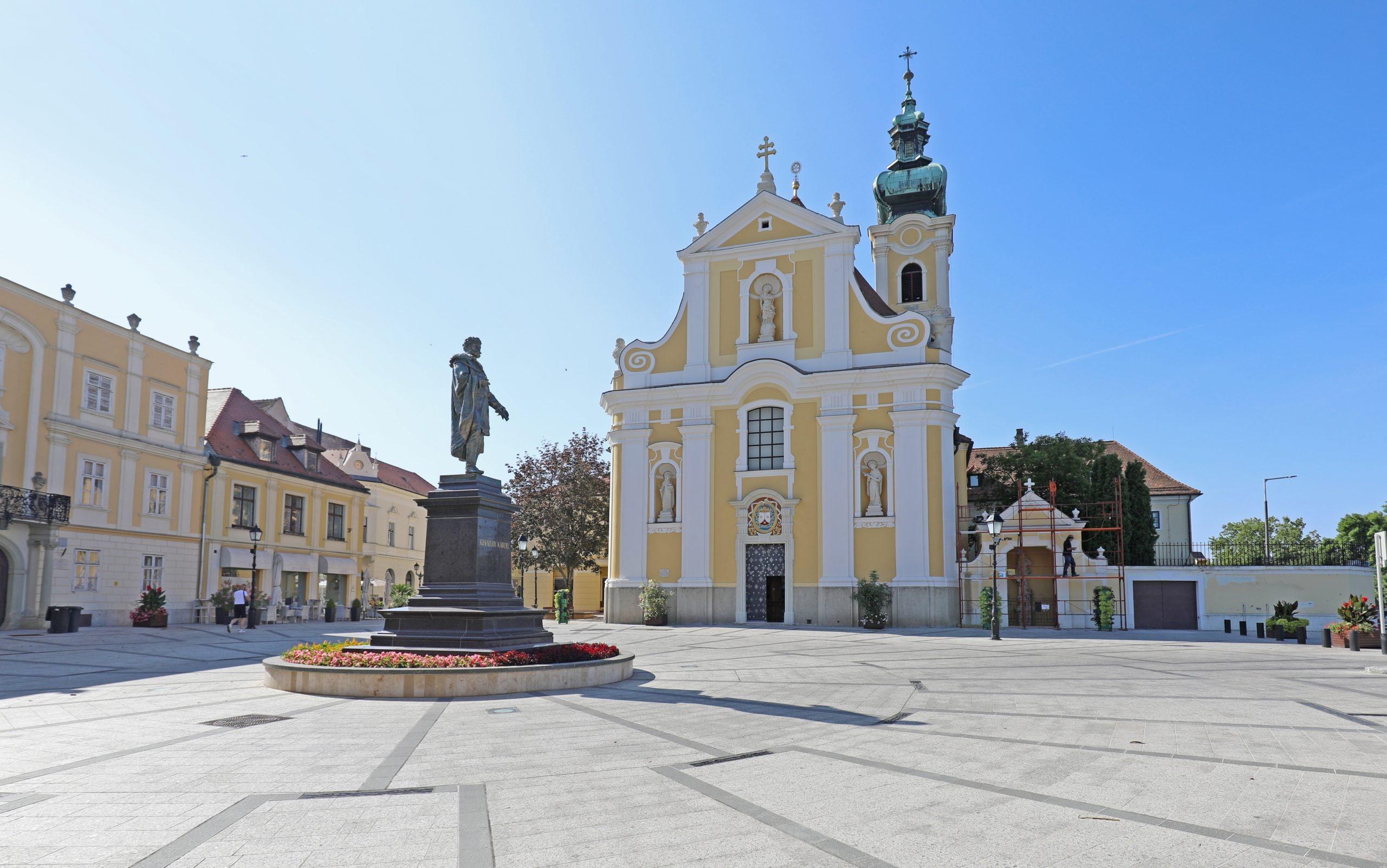 <a href='http://hellogyor.hu/en/sights/viennese-gate-square-becsi-kapu-ter/'>Viennese-Gate Square (Bécsi kapu tér)</a>