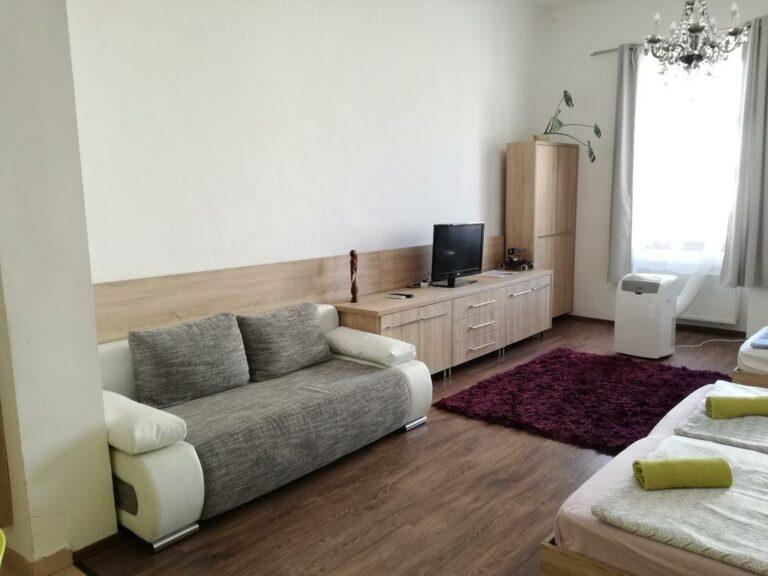 <a href='http://hellogyor.hu/en/accomodation/designholz-studio-apartman/'>Designholz Studio Apartman</a>