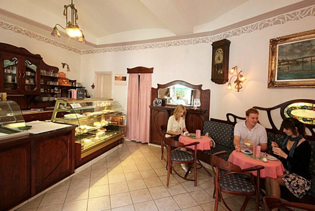 <a href='http://hellogyor.hu/de/gastronomie/bergmann-cukraszda/'>Bergmann Cukrászda</a>
