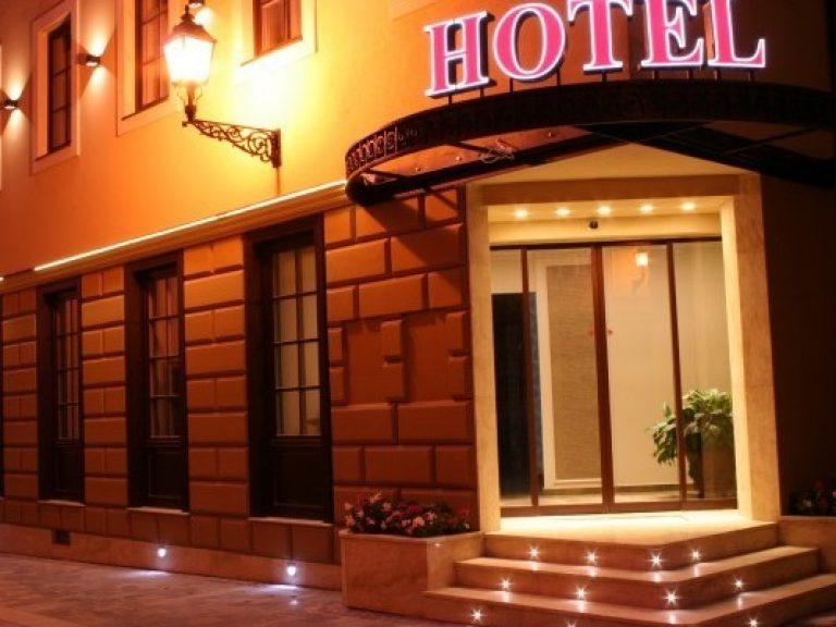 <a href='http://hellogyor.hu/en/accomodation/hotel-capitulum/'>Hotel Capitulum ****</a>