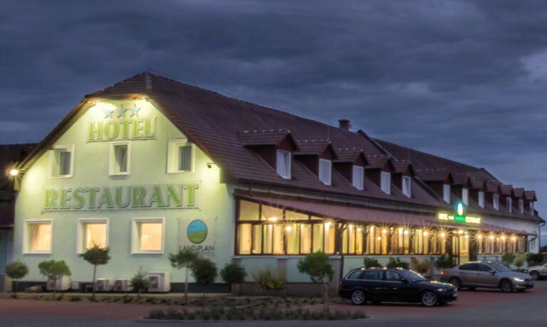 <a href='http://hellogyor.hu/en/accomodation/land-plan-hotel/'>Land Plan Hotel***</a>