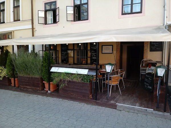 <a href='http://hellogyor.hu/de/gastronomie/napsugar-old-bar/'>Napsugár Old Bar</a>