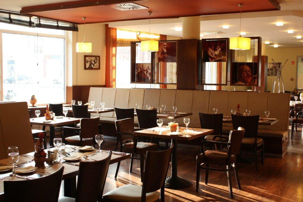 <a href='http://hellogyor.hu/de/gastronomie/podium-etterem/'>Pódium Étterem</a>