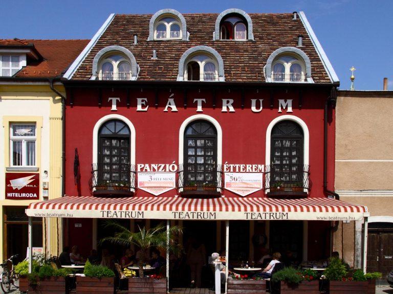 <a href='http://hellogyor.hu/en/accomodation/teatrum-panzio/'>Teátrum Panzió</a>