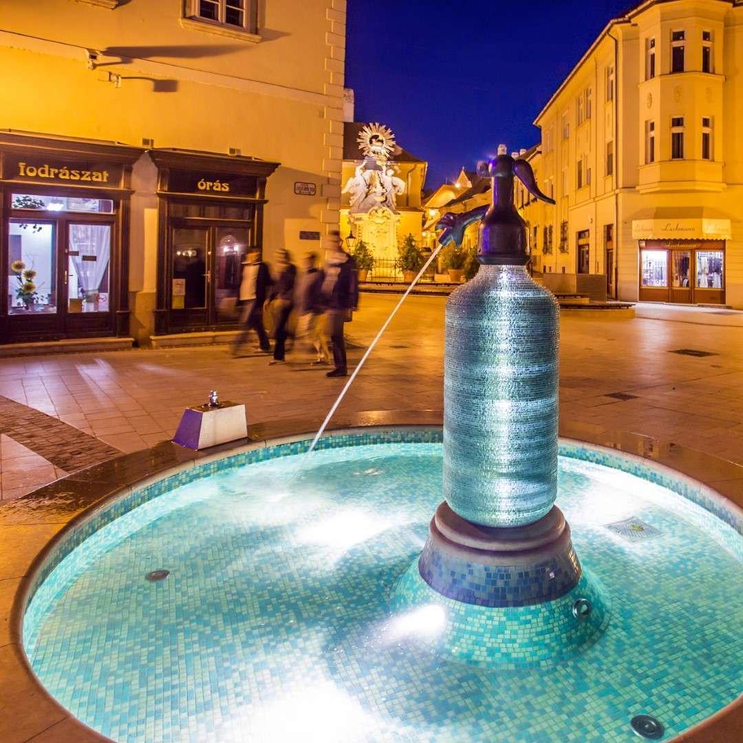 Szódásüveg szökőkút Győrben: Jedlik találmánya (forrás: hellogyor.hu)