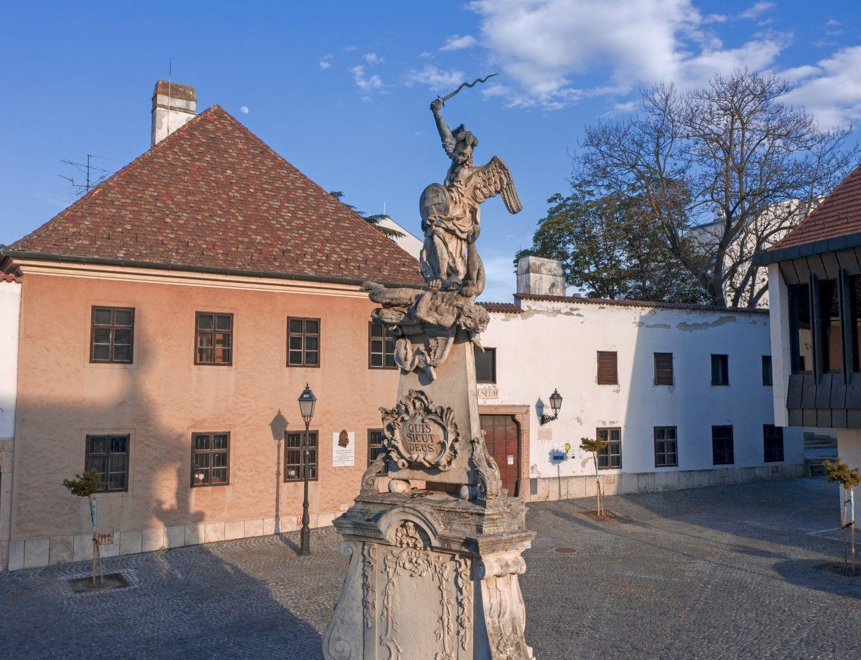 <a href='http://hellogyor.hu/legendak/angyalok-es-demonok-a-szent-mihaly-szobor-tortenete/'>Angyalok és démonok: a Szent Mihály-szobor története</a>