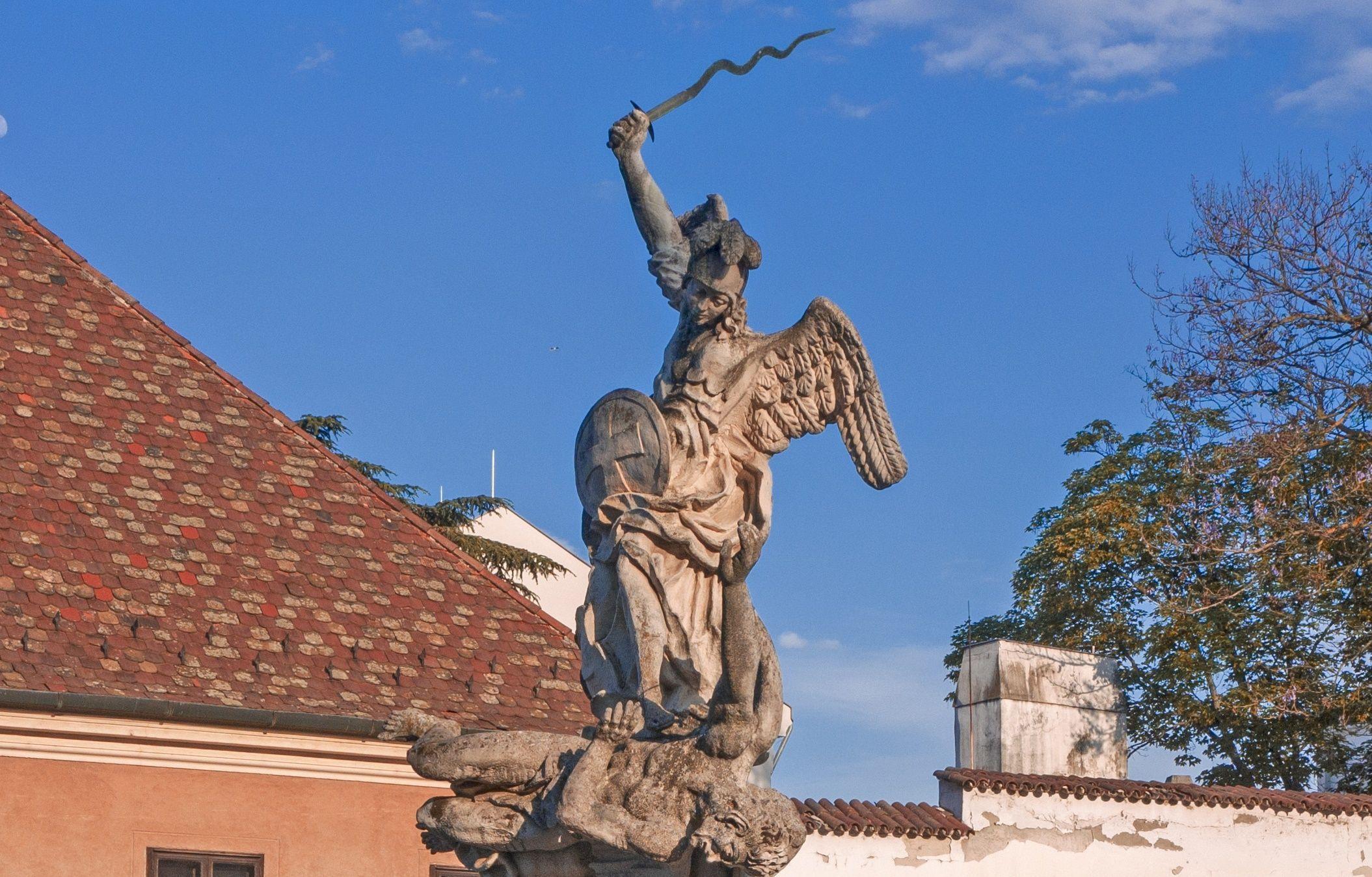 <a href='http://hellogyor.hu/latnivalo/szent-mihaly-szobor/'>Szent Mihály-szobor</a>